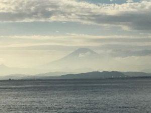 鮮やかに霞む富士山