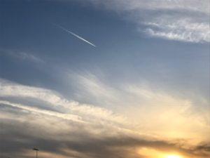 弊社事務所から夕焼け空とひこうき雲