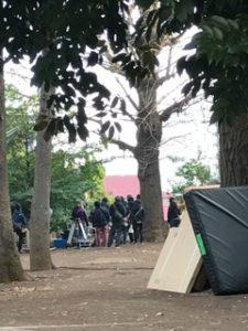 神社の境内でドラマの撮影