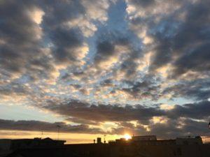 弊社事務所からの夕陽 スマホだと逆さになってしまっているかもしれませんが・・・