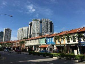 チャイナタウン 後ろの建物不思議な形してますね。不思議な形や派手な色のビル多かったです。風水の影響だとか。