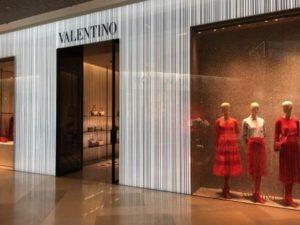 高級ブランドもファストファッション系も、服も雑貨も、赤の比率が高かったです。